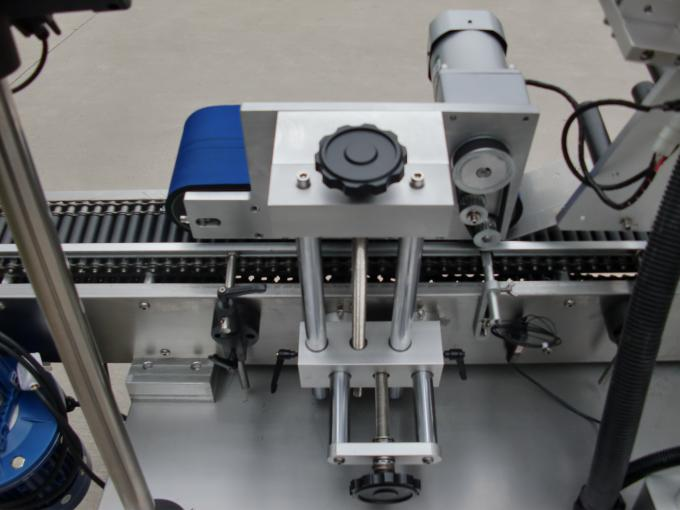 Højhastigheds fuldautomatisk hætteglasmærkning til lille flaske selvklæbende mærkat