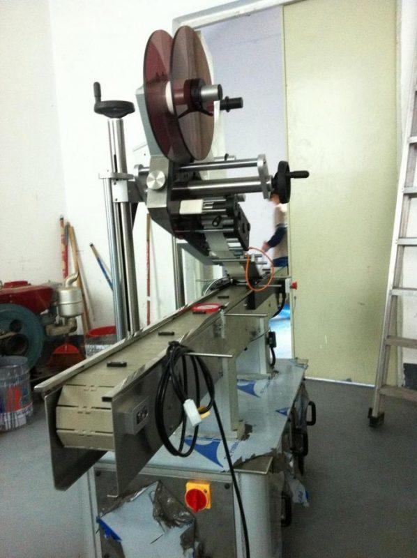 Selvklæbende type flad overflademærkning Maskine Topetiket til hætte