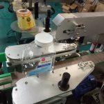 To sider Firkantet flaske klistermærke mærkning maskine til produkter til personlig pleje