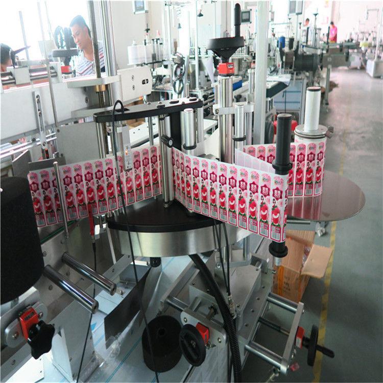 Mærkatmærkatapplikator til forsiden og pakning omkring etiketflasken